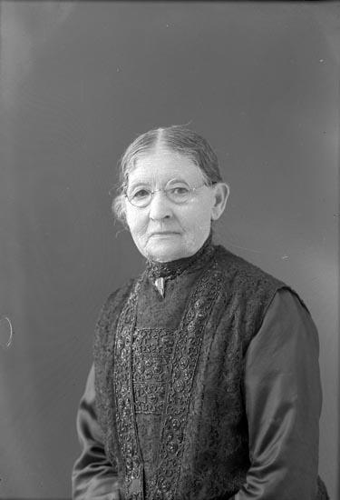 """Enligt fotografens anteckningar: """"1935, 2. Fru Elemina Sahlberg 80 år den 18 sept.1935."""""""