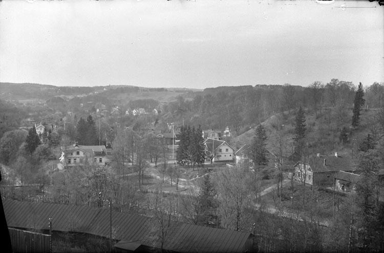 """Enligt fotografens anteckningar: """"1950. Ut. öfver tjänstemannabostaden Munkedal""""."""