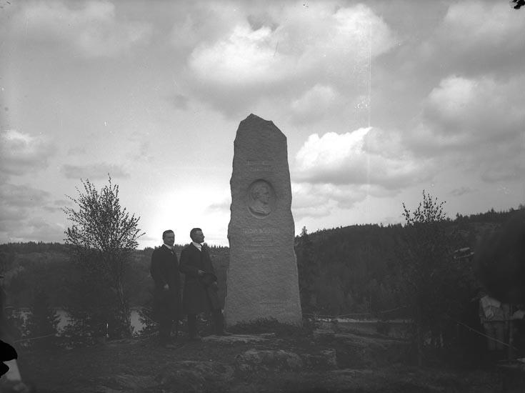"""Enligt fotografens noteringar; """"1912 Pontus Vikners söner 1912, vid Kaserna."""""""