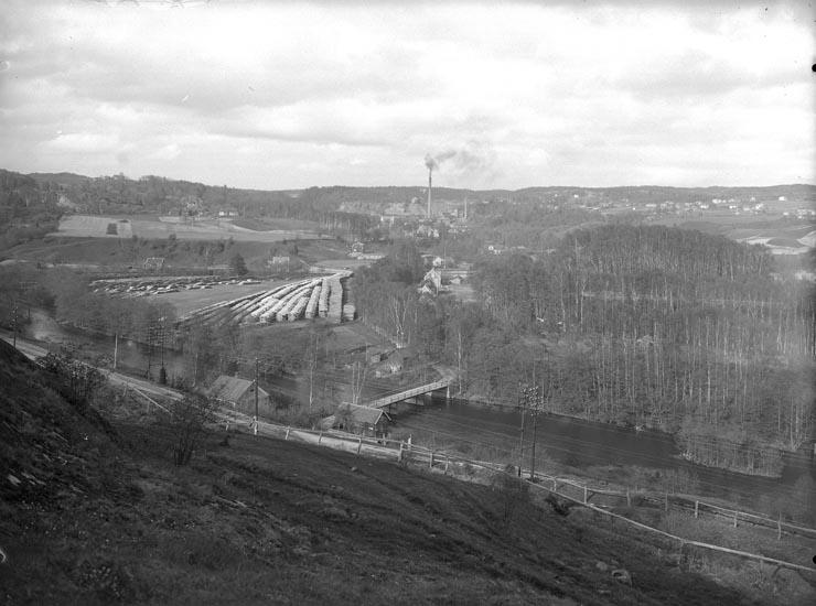 """Enligt fotografens noteringar: """"Omkring 1929. 1926. Utsikt öfver Munkedals fabrik från Järnvägen (Bohusbanan)."""""""