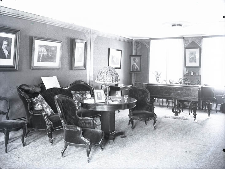 """1928. 18. P...(?) Fru Lönner. Fröken Lönner. Vågsäter."""