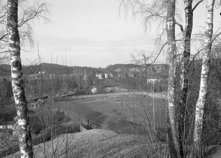 """Text som medföljde bilden: """"1938. 9. Idrottsplan från Parken. Mycke bra plåt"""".  Uppgifter från Munkedals HBF: """"Munkedals Idrottsplats""""."""