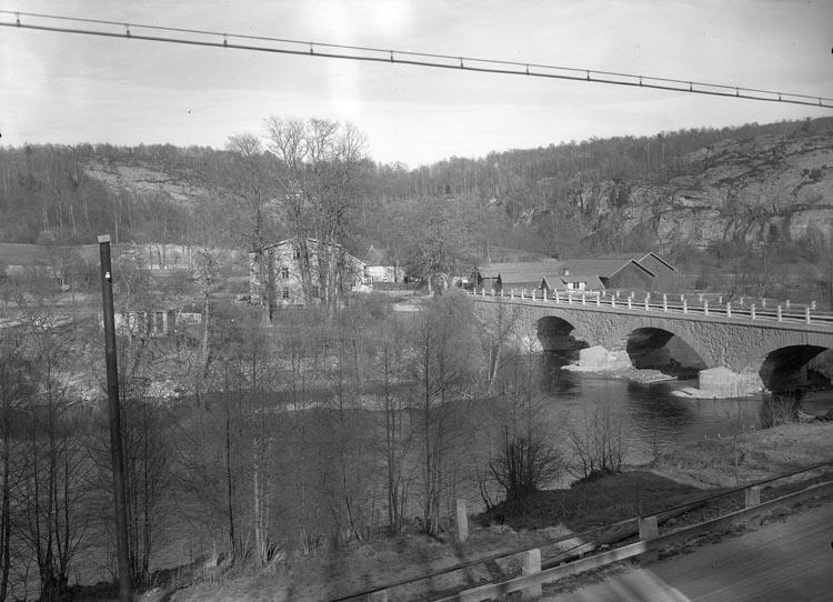 """Text som medföljde bilden: """"1938. 10. Kvistrum Munkedal"""".  Uppgifter från Munkedals HBF: """"Kviströmsbron. Kviströmsälven""""."""