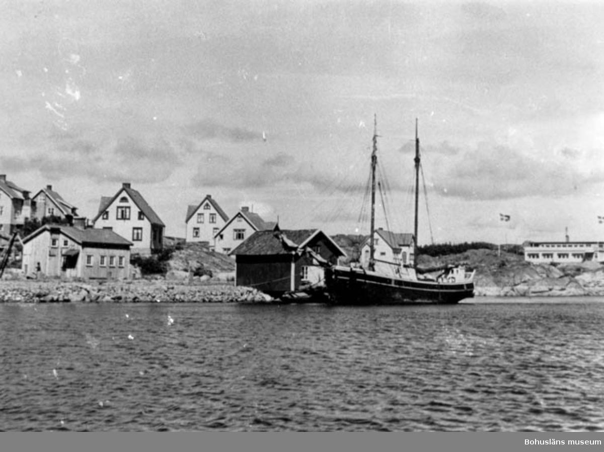 """Enligt text på fotot: """"Hovenäset södra delen. Båten hette Sylvia/Silvia Reso badhotellet i bakgrunden som brann en av de första åren på 50 talet""""."""