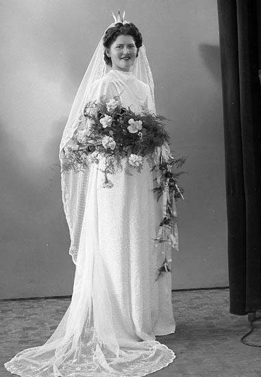 """Enligt fotografens journal nr 7 1944-1950: """"Olsson, Herr Göran Sjövik, Stillingsön, bruden""""."""