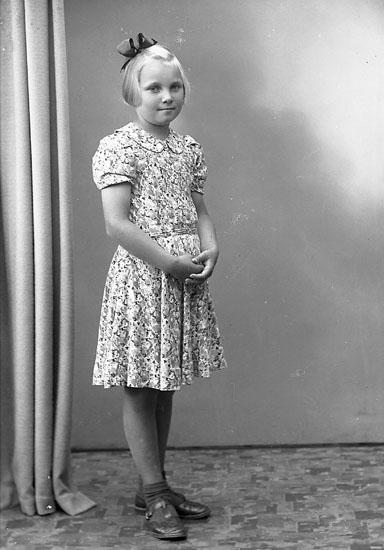 """Enligt fotografens journal nr 7 1944-1950: """"Johansson, Ulla Stala Varekil""""."""