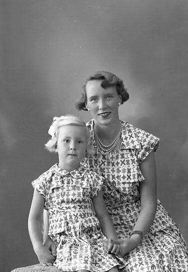 """Enligt fotografens journal nr 8 1951-1957: """"Berntsson, Fru med flickan Här""""."""