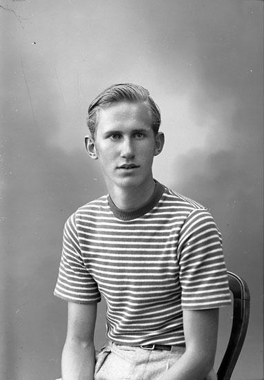 """Enligt fotografens journal nr 7 1944-1950: """"Henriksson, Håkan Ödsmål Jäger""""."""