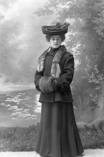 "Enligt fotografens journal nr 1 1904-1908: ""Andersson Alma, Sanden, Stenungsund""."