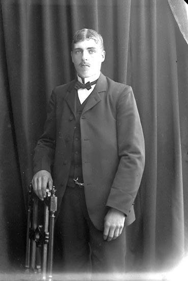"""Enligt fotografens journal nr 2 1909-1915: """"Olsson, Svenning Grinnerås Här""""."""