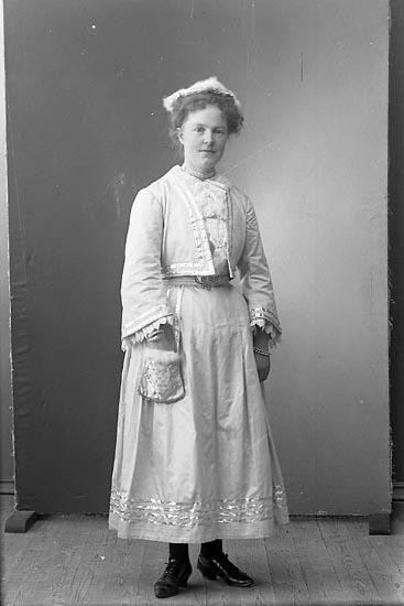 """Enligt fotografens journal nr 1 1904-1908: """"Andersson Fr. Anny Stenung Stenungsund""""."""