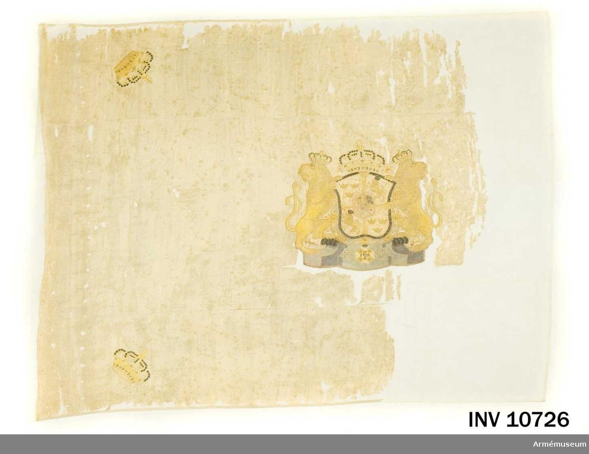 Grupp B.  Duken av vit sidenkypert med i mitten svenska riksvapnet broderat, i vart hörn en sluten kunglig krona. Fanan av vit sidenkypert varå broderat lika å båda sidor, i mitten svenska riksvapnet under holstein-gottorpska huset, skölden guldkantad, krönt med sluten kunglig krona, behängd med serafimerkedjan, hållen av utåtseende, med slutna dubbelsvansade lejon och jämte dessa vilande på ett postament i grått och blått silke, i hörnen slutna kungliga kronor liknande riksvapnets, kantad med vitt sidenband, fäst med liknande band och förgyllda spikar.