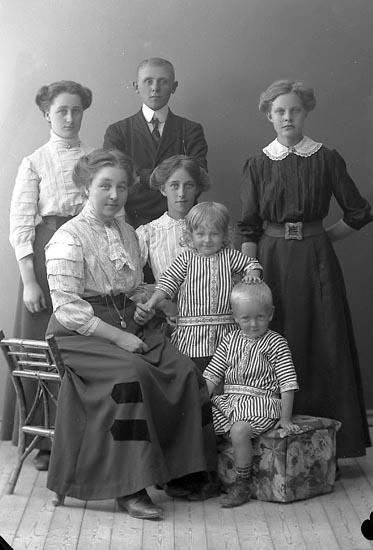 """Enligt fotografens journal nr 2 1909-1915: """"Jansson, Fru Olga Här""""."""
