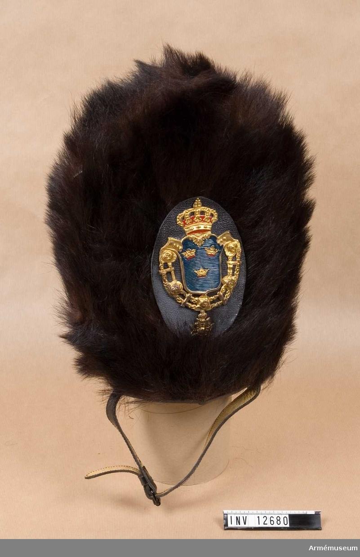 Mössa m/1823, grenadjär-, Svea livgarde.Grupp C I.Av björnskinn. Läderplatta m emblem.Från FFV, överskottsförsäljningen.INV 1975.