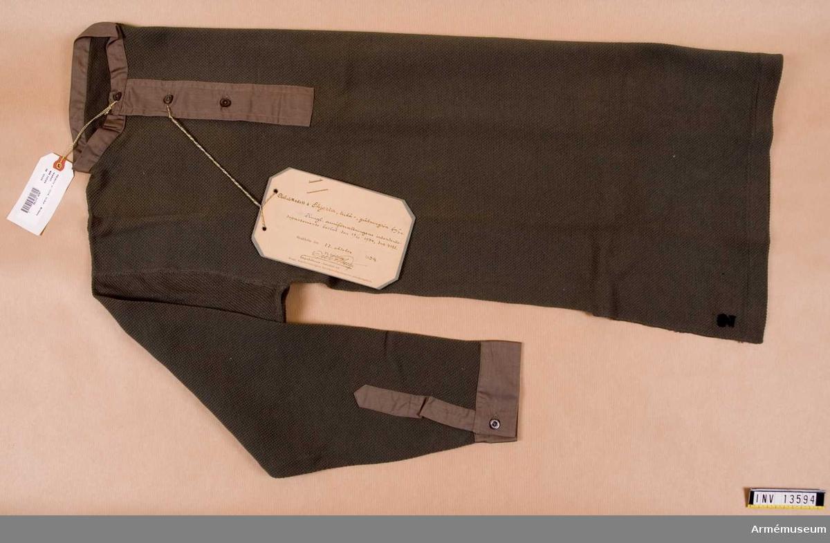 Grupp C I. Arbetsmodell å skjorta, trikå-, gråbrungrön fm/1934. Kungliga Arméförvaltningens intendenturdepartements beslut den 23/10, 1934 dnr 4118. Deposition från Arméförvaltningens intendenturdepartement, modellkammaren.