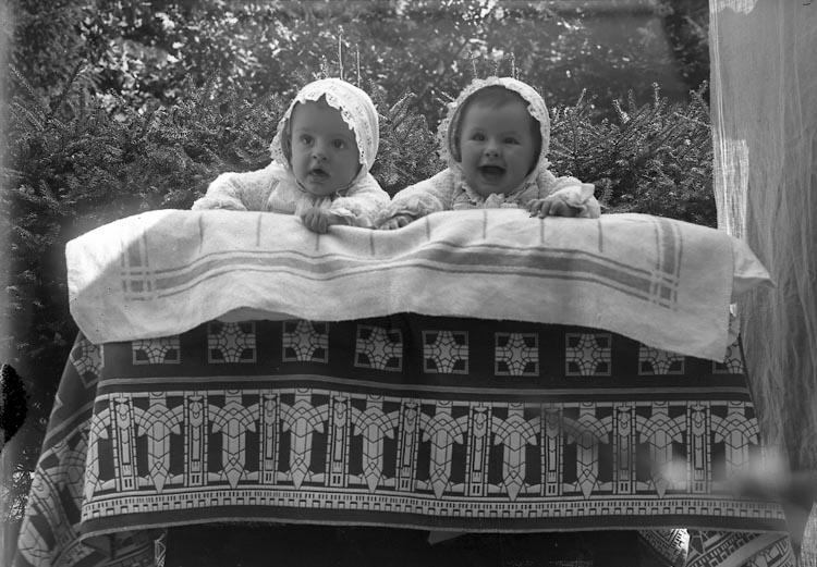 """Enligt fotografens journal Lyckorna 1909-1918: """"Byttners barnen Lyckorna""""."""