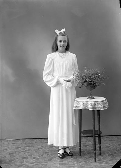 """Enligt fotografens journal nr 6 1930-1943: """"Olsson, Fr. Eva Kyrkenorum Här""""."""
