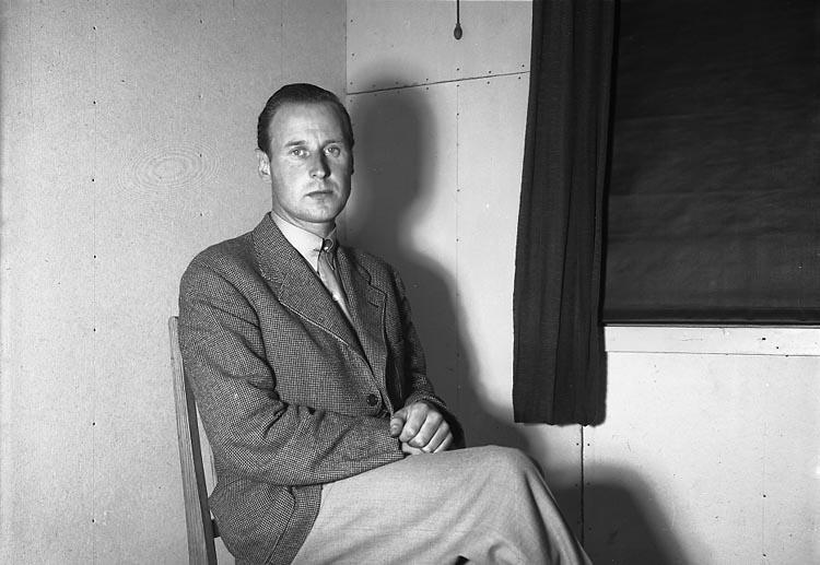 """Enligt fotografens journal nr 6 1930-1943: """"Poliskontoret en anhållen""""."""