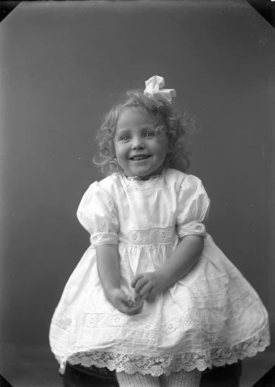 """Enligt fotografens journal nr 2 1909-1915: """"Larsson, Gunvor Här""""."""