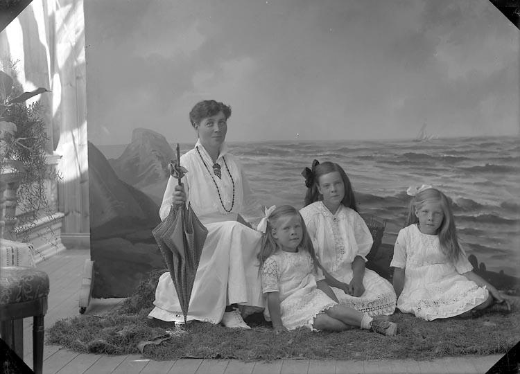 """Enligt fotografens journal nr 3 1916-1917: """"Stensson, Fru Oskarsberg Här""""."""