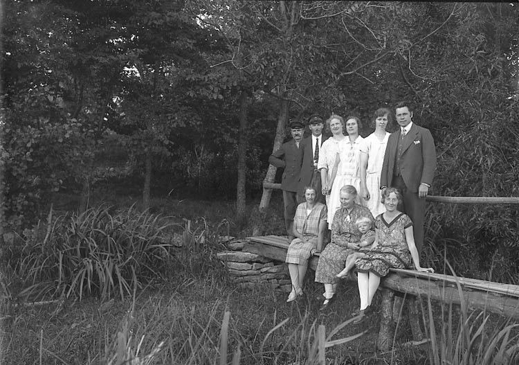 """Enligt fotografens journal nr 5 1923-1929: """"Barnkolonin, Magister Filla, Uppegård""""."""