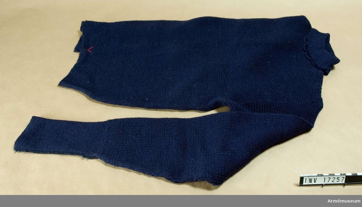 Ylletröja.Grupp C I. Av blått helylle med långa ärmar.Tillstånd 1947-01-04: gott skick.DEP 1959-03-02 Ing 1 (senare överstruket).