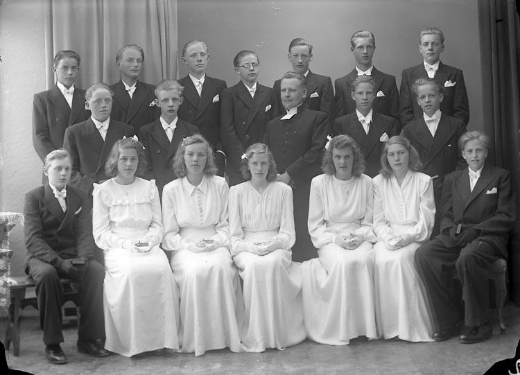 "Enligt fotografens journal nr 7 1944-1950: ""Ödsmåls Konfirmander. Kyrkoh. Norén Ödsmål""."