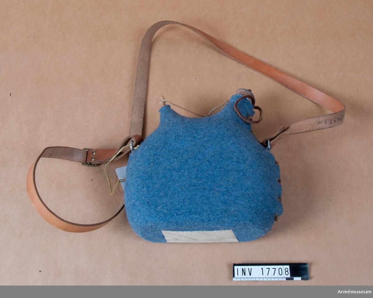 Grupp C:1. Ur uniform m/typ 1923 (blå) för manskap för 24. infanteriregementet förlagt i Paris, Frankrike, bestående av vapenrock, byxor, kappa, benlindor, halsduk, hjälm, livrem med tre patronväskor, hängslen, bajonetthylsa, bärremmar, ränsel av kanfas, kokkärl, tältduksdelar, tältstångsdelar, tältpinne, filt, dricksflaska med yllefoder, mattornister, kängor, skjorta, dödsbricka, gevär med bajonett plus figur. Dricksflaska av bleckplåt med två öppningar, varav en liten för luft. Den större öppningen tillsluten med en kork. Fältflaskan har två ringar, varmed den kopplas till axelgehänget. Flaskan har ett fodral av gråblått kläde med öppning längs fodralets baksida. Öppningen tillslutes med en rund läderrem, som drages genom sju par järnringar. Flaskan rymmer två liter. Axelgehäng för flaskan är av brunt läder.  Litteratur: Uniformenkunde. Neue Folge. Lösbladspärm. Nr 16 Frankreich. 35 Infanterie Regiment auf dem Marsch, 1918. Korporal. Fransk soldat i horisontblå fältuniform med en likadan flaska. Enligt kapten W Granberg (med blyerts: 1957).