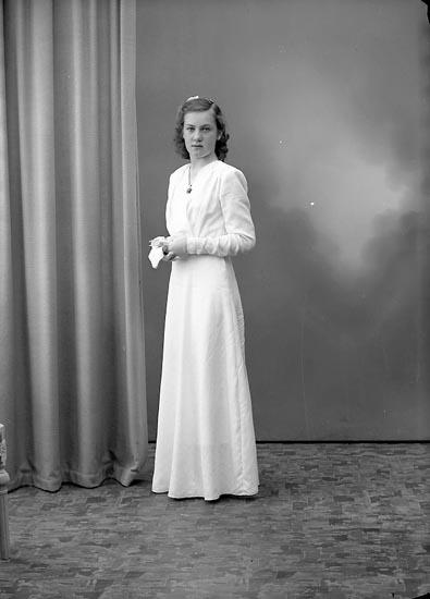 """Enligt fotografens journal nr 7 1944-1950: """"Hansson, Ulla Här""""."""