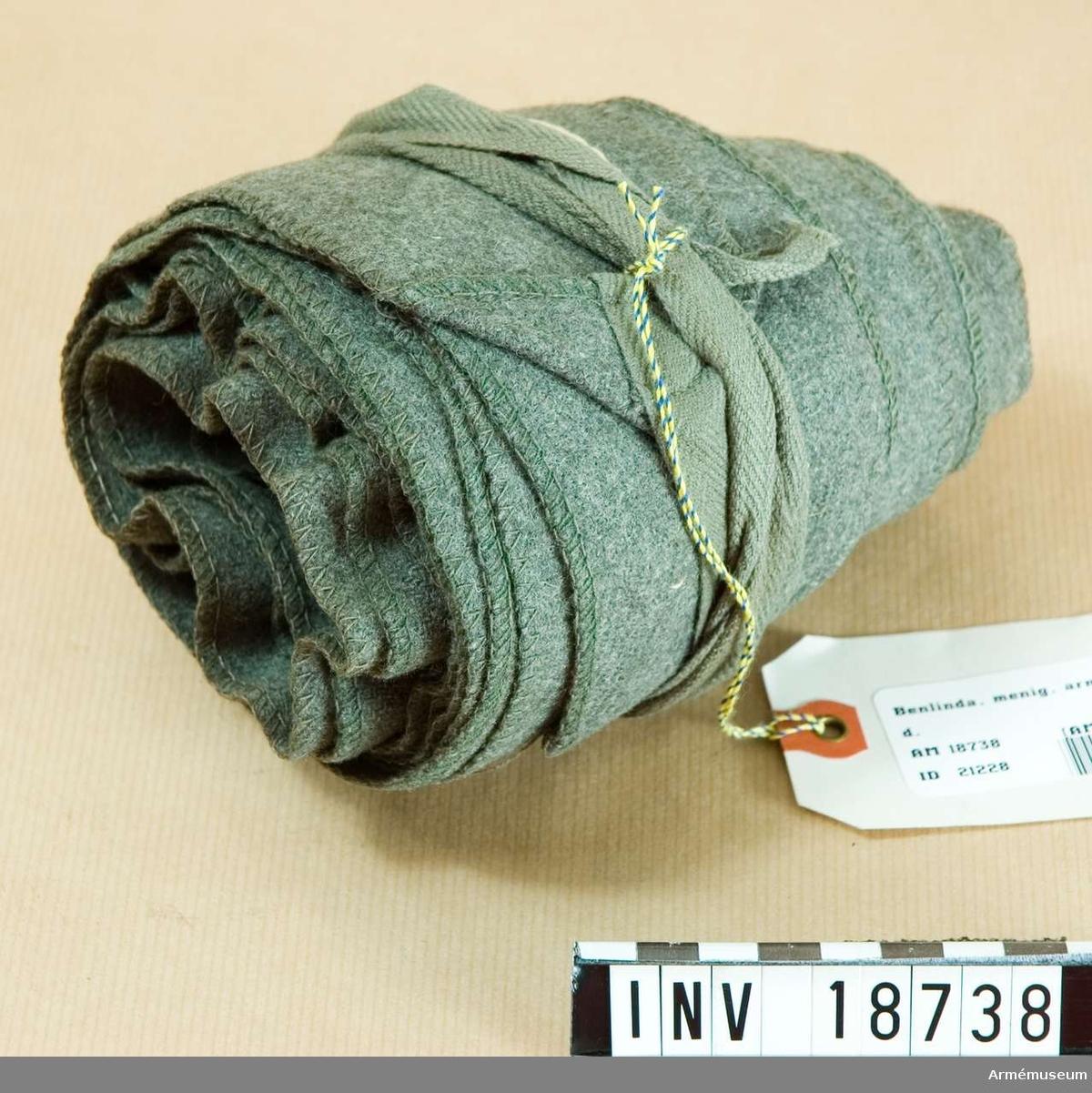 Grupp C I Uniform består av vapenrock, ridbyxa, uniformsmössa m/1912, kappa m/1912, benlindor, kängor, tornister, livrem, patronväskor, ränsel med väska. En långbindel av khakifärgat kläde, b:75 mm, med bomullsband på ändarna i samma färg.   Samhörande nr är AM.18734-43, 20138