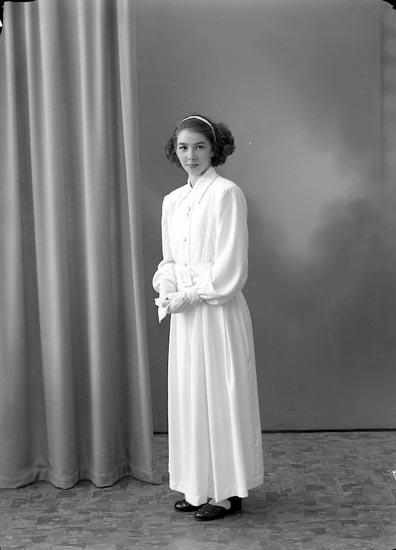 """Enligt fotografens journal nr 7 1944-1950: """"Johansson, Erna Byn Ödsmål""""."""