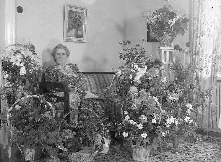 """Enligt fotografens journal nr 7 1944-1950: """"Larsson, Fru Elsa Kyrkenorum Här 50 årsdag""""."""