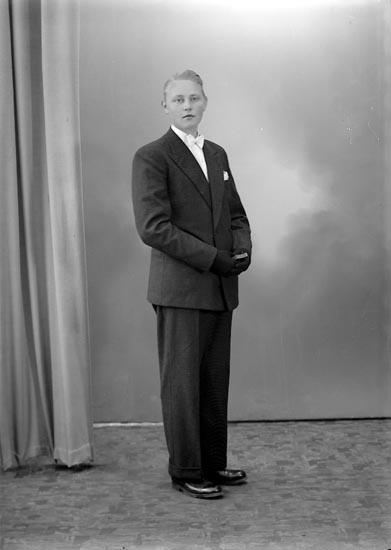 """Enligt fotografens journal nr 7 1944-1950: """"Oskarsson, Bengt L. St. Askerön""""."""