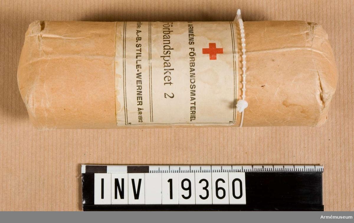 Förbandspaket 2. Märkt: Svenska Förbandsmateriel Förbandspaket 2.   Leverantör: A.-B. Stille-Werner år 1912. Rödakorsmärke.