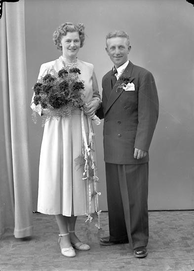 """Enligt fotografens journal nr 8 1951-1957: """"Karlsson, Herr Harry, Box 91 St. Höga""""."""