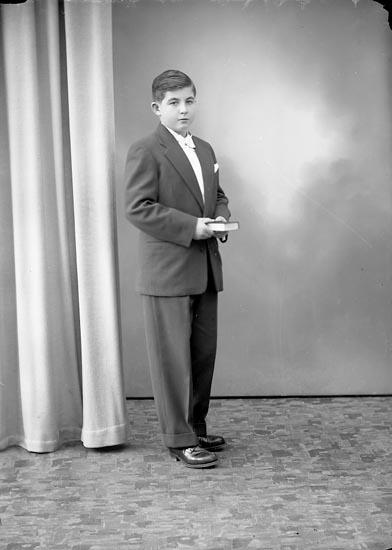 """Enligt fotografens journal nr 8 1951-1957: """"Darell, Mats St. Höga""""."""