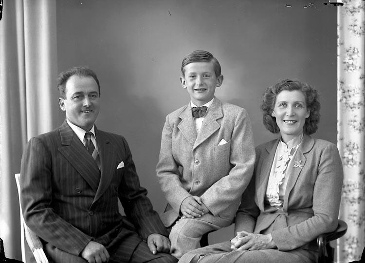 """Enligt fotografens journal nr 8 1951-1957: """"Gatenberg, Herr Allan, Tveten, Spekeröd,""""."""