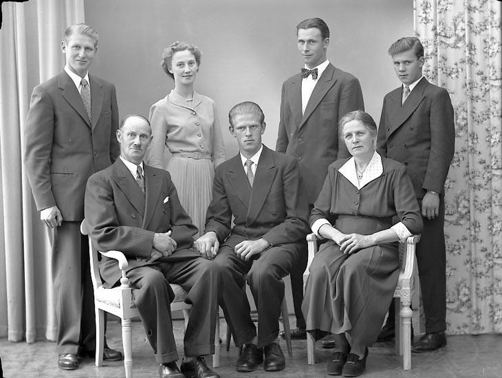 """Enligt fotografens journal nr 8 1951-1957: """"Leandersson, Herr Sven, S. Skår Stenungsund""""."""