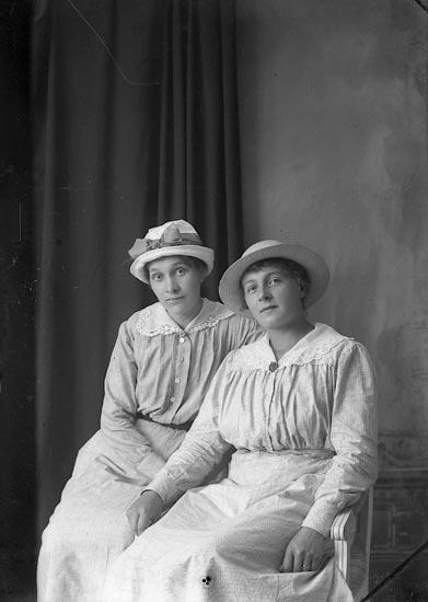 """Enligt fotografens journal Lyckorna 1909-1918: """"Lydia Pettersson Berg Ljungskile""""."""