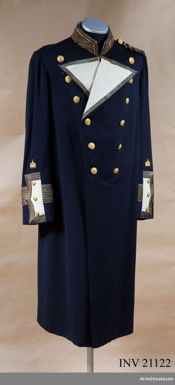 Grupp C I. Ur uniform för gala för konteramiral i Tysklands flotta. Av mörkblått kläde, åtsittande med midjesöm. Den har två rader knappar, 9 st i var rad, av vilka endast de tre övre knäppas. Den har två uppslag av vitt kläde, kantad med guldgalon, b:15 mm. På båda bakfickorna finns tvåuddigt lock som är klädda med  vitt kläde, broderade i guld, ekollon och ekblad, och kantad med guldgalon, samt har 3 knappar. Axelträns har två krusiga guld kantiljer, en har fällning av svart och rött siden. Foder av vill tyg. På framsidan finns ett bälte av vitt tyg med två knappar. Knappar, guldfärgade, med kejsarskrona, 12 på bröst, 6 på bakfickor en på axelsträns och 6 på ärmuppslag. Krage, uppsättstående, med sneda vinklar av blått kläde med brodering av guld. Den är fodrad med vitt tyg. Ärmuppslag, treuddig, s k brandenburgsk klaff, av vitt kläde, h:190 mm, b:75 mm. Kantad på 3 sidor med 27 mm bred guldgalon med 3 knappar. På ärmen en guldgalon, b:52 mm, och ovanför denna en 13 mm bred guldgalon. Över klaffen, finns kejsarkrona av guldfärgad metall. LITT  Die Deutsche Marine in ihrer gegenwärtigen Uniformering. Karl Schlawe. Leipzig 1913.Enl W Granberg.