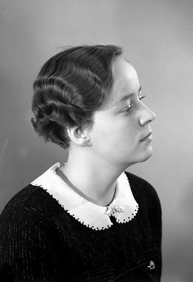 "Enligt fotografens journal nr 6 1930-1943: ""Rehnberg, Fr. Inga Stenungsund""."