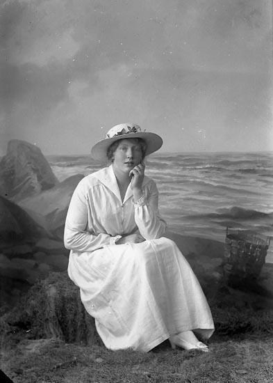 """Enligt fotografens journal nr 2 1909-1915: """"Svensson, Sigrid, adr. Laurins Jordhammar""""."""