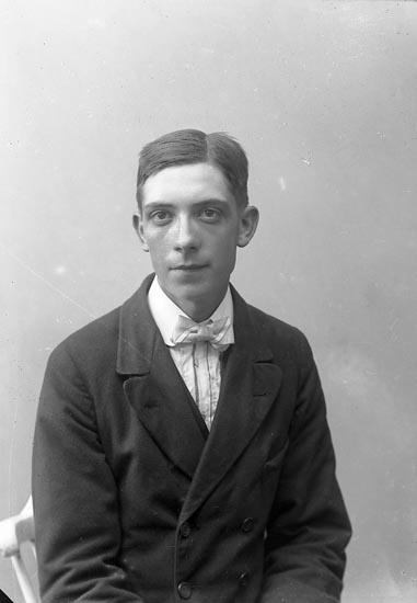 """Enligt fotografens journal nr 4 1918-1922: """"Mattsson, Josef Torp Jörlanda""""."""