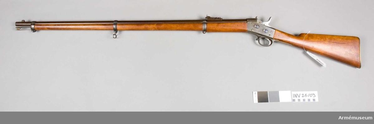 """Grupp E II. Antal räfflor 6 st. Räffelstigning 1 varv på 112,8 cm. Loppets rel. längd 76 kal. Vikt 24 g. Krutladdningens vikt 4,25 g. Utgångshastighet 395 m/sek. Jfr Alm: Arméns eldhandvapen, tab. 6:6.  Pipan är tagen från ett i Karl Gustafs gevärsfaktori 1862 tillverkat gevär m/1860 (se AM 4554). Baktill har pipan avskurits jäms med det ställe, dit gängorna för svansskruven gått. Pipan är brungjord samt helt och hållet rund. Kornklackens tjänstgör även såsom bajonettklack och foten på det av mässing tillverkade kornet är fastlödd på kornklackens översida.  Siktet är ett ramtrappikte, som sitter på en 9,1 cm framför lådans framände befintlig klack. Siktfoten har tre trappstegsformiga avsatser. I botten på siktfoten finns siktfjädern, vilken längst fram fasthålles av en skruv. Baktill har siktfoten på var sida ett uppstående """"öra"""", vilket senare har hål för siktramens axel. Ramen är rörlig kring denna axel och verkar siktfjädern på ramens ände ung. som fjädern i en fällkniv på bladens bakre ände. Framtill har siktramen ett inlaxat och med skruv fästat huvud, som å över- eller baksidan 0,6 cm bakom framänden har en uppstående siktbalk. Denna senare genombrytes längre ned av ettalvmånformigt hål, vars nedre kant är rak. Ramen har en löpare av stål, som kan skjutas fram och tillbaka på löparen. Varken på sikthuvudets framände, på siktbalkens överkant eller på det halvmånformiga hålets raka kant, ej heller å löparen, är någon siktskåra uppskuren. När ramen är nedfälld och löparen fullt tillbakskjuten, svarar siktskåran uti sikthuvudets halvmånformiga hål mot ett avstånd av 400 fot (119 m) och skåran & balkens överkant mot 800 fot (238 m). De tre """"trappstegen"""" är avsedda för resp. 1000 fot (297 m), 1200 fot (336 m) och 1400 fot (416 m). Ramen saknar å detta gevär gradering, men skulle egentligen ha delningsstreck för avstånd mellan 1 600 och 2 000 fot resp. 475 och 594 m. För längre avstånd vore gevär av denna modell ursprungligen icke skottställda.  På pipans undersida 1"""