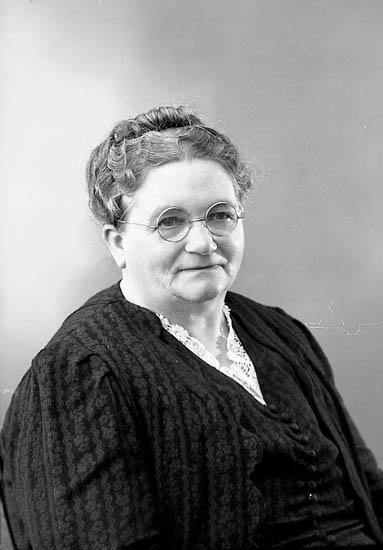 """Enligt fotografens journal nr 7 1944-1950: """" Sandberg, Fru Anna Sämstad""""."""