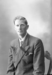 "Enligt fotografens journal nr 7 1944-1950: ""Olausson, Herr H"