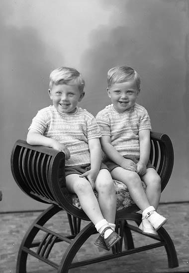 """Enligt fotografens journal nr 7 1944-1950: """"Hermansson, Bertil o Lennart Stenungsund""""."""