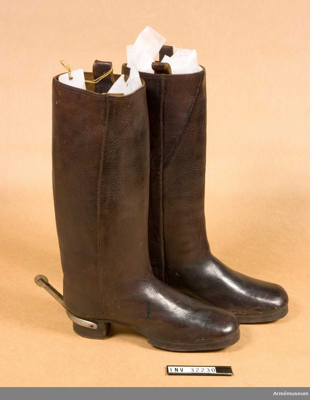 Grupp C I. Ur uniform för manskap vid Livgardet till häst, 1814-20. Består av dolma, päls, spännhalsduk, byxor, knutskärp, tschakå med plym  och kordong, pompong, vapenplåt, fjällband, knappar, sölja, kartusch med kartuschrem, sabelkoppel, sabeltaska med 3 remmar, sabel med balja, sabelhandrem, stövlar med sporrar, handskar. PUBL  AMV Meddelande XIX, s.112.