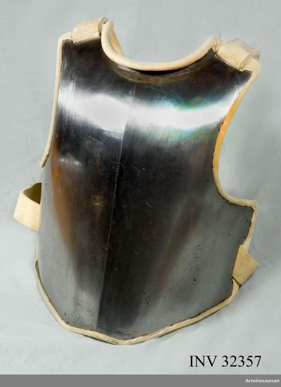 Grupp C I Karolinsk modell. Ur uniform; 1683-1781.  Består av kyller, harnesk, byxa, kartusch, rem, hatt, bandolär,  stövlar, sporrar, sporrkappor, halsduk, hårprydnad, portepé,  gehäng, spänne och karbinrem.