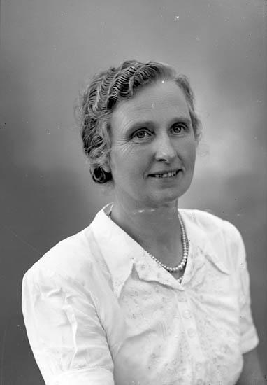 """Enligt fotografens journal nr 8 1951-1957: """"Andersson, Fru Sigrid, Starrkärr, Ödsmål""""."""